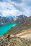 Paysage avec l'aile du nez-Kul de lac de montagne, Kirghizistan Photos stock
