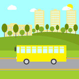 Paysage avec l'autobus jaune Image stock