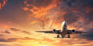 Paysage avec l'avion blanc de passager Images stock