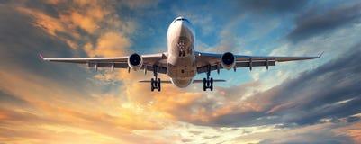 Paysage avec l'avion blanc de passager Image libre de droits