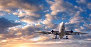 Paysage avec l'avion blanc de passager Photographie stock libre de droits