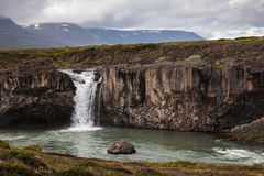 Paysage avec la cascade en Islande Images stock