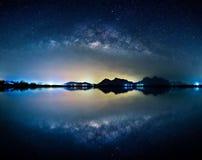Paysage avec la galaxie de manière laiteuse Ciel nocturne avec des étoiles au-dessus de bâti photos stock