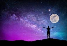 Paysage avec la galaxie de manière laiteuse Ciel nocturne avec des étoiles, lune et photographie stock