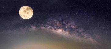 Paysage avec la galaxie de manière laiteuse Ciel nocturne avec des étoiles et le fu Image libre de droits