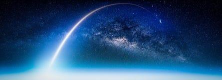 Paysage avec la galaxie de manière laiteuse Vue de la terre de l'espace avec du lait photographie stock