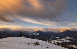 Paysage avec la lumière de lever de soleil et les nuages mobiles Image stock