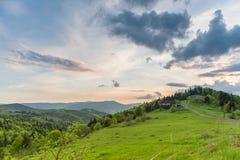 Paysage avec la maison de campagne et les montagnes Ressort de carpathien Images stock