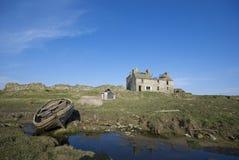 Paysage avec la maison et le bateau abandonnés Images stock