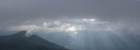 Paysage avec la montagne et le coucher du soleil de brouillard Photos stock