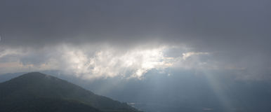 Paysage avec la montagne et le coucher du soleil de brouillard Image libre de droits