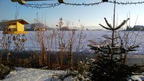 Paysage avec la neige et le ciel bleu Image stock