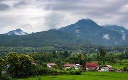 Paysage avec la pluie et les nuages au-dessus des collines Photos stock