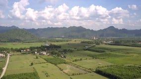 Paysage avec la rivière de champs contre la vue aérienne de montagnes banque de vidéos