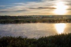 Paysage avec la rivière en brume Photos stock