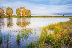 Paysage avec la rivière et le ciel bleu Images libres de droits