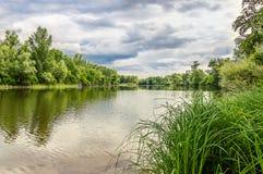 Paysage avec la rivière et le ciel nuageux Image libre de droits