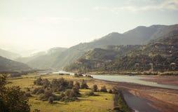 Paysage avec la rivière et les collines Photographie stock libre de droits
