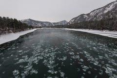 Paysage avec la rivière et les montagnes images libres de droits