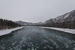 Paysage avec la rivière et les montagnes images stock