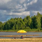 Paysage avec la rivi?re et la for?t sur l'horizon Cumulus en ciel Nature letton Arbre dans le domaine image libre de droits
