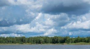 Paysage avec la rivi?re et la for?t sur l'horizon Cumulus en ciel Nature letton Arbre dans le domaine photos stock