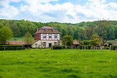 Paysage avec la vieille maison rurale Photographie stock