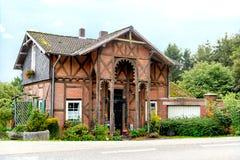 Paysage avec la vieille maison rurale Image stock