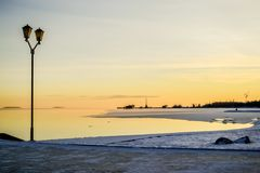 Paysage avec la vue de lever de soleil du remblai de ville image libre de droits