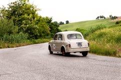 Paysage avec le berlina 103 de FIAT 1100 Image libre de droits