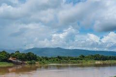 Paysage avec le ciel bleu et la montagne Photo libre de droits