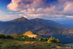 Coucher du soleil au-dessus de la montagne Images stock