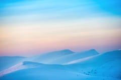 Paysage avec le coucher du soleil au-dessus des collines Images libres de droits