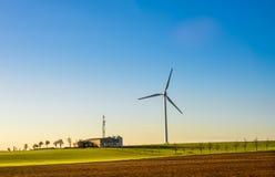 Paysage avec le générateur d'énergie éolienne Photographie stock libre de droits