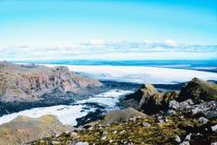 Paysage avec le glacier de montagnes en Islande images libres de droits