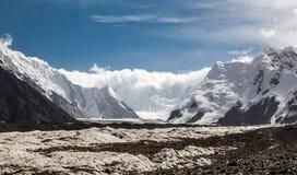 Paysage avec le glacier et les montagnes Photographie stock libre de droits