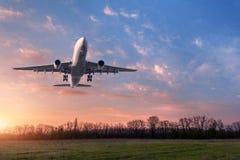 Paysage avec le grand avion blanc de passager Image stock