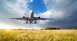 Paysage avec le grand avion blanc de passager Photographie stock libre de droits