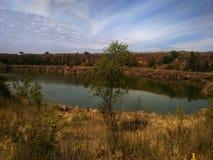 Paysage avec le lac et la for?t images libres de droits