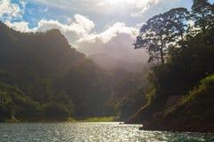 Paysage avec le lac et les arbres dans le contre-jour Voyage de week-end d'été au camp de forêt Images libres de droits
