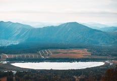 Paysage avec le lac Manzherok et les montagnes d'Altay Photographie stock libre de droits