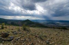 Paysage avec le soleil de pierre et de montagne Photos libres de droits