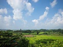 Paysage avec le temple de Koe-thaung dans Myanmar Photos stock