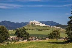 Paysage avec le vieux château en pierre blanc Image libre de droits