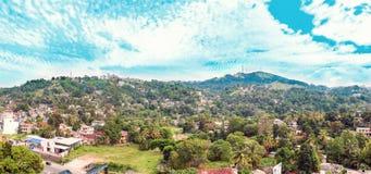 Paysage avec les collines et la ville dans Sri Lanka Photo stock