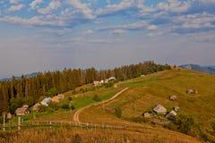 Paysage avec les montagnes carpathiennes en Ukraine photos stock