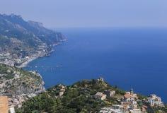 Paysage avec les montagnes et la mer tyrrhénienne dans le village de Ravello, AM Images stock
