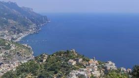 Paysage avec les montagnes et la mer tyrrhénienne dans le village de Ravello, AM Photos libres de droits