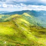 Paysage avec les montagnes vertes Photo stock