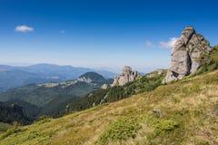 Paysage avec les roches et la gamme de montagne spectaculaires Image libre de droits